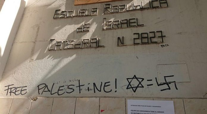 Anti-Israel graffiti outside the Escuela Republica de Israel in Chile. Credit: Shai Agosin.
