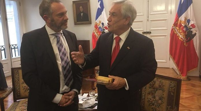 Shai Agosin (left), president of the Jewish Community of Chile, with Chilean President Sebastián Piñera.