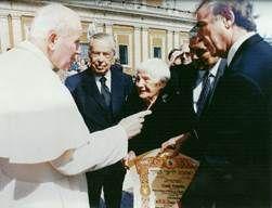Emilie Schindler accompanied by IRWF Founder, Baruch Tenembaum, Saturnino Montero Ruiz and Oscar Vicente, with Pope John Paul II (22 March 1995).