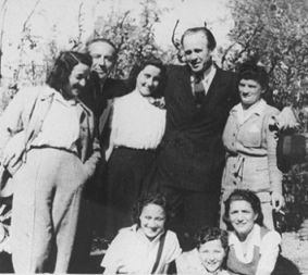Schindler posing with some of his Jewish workers, after the War (1946)