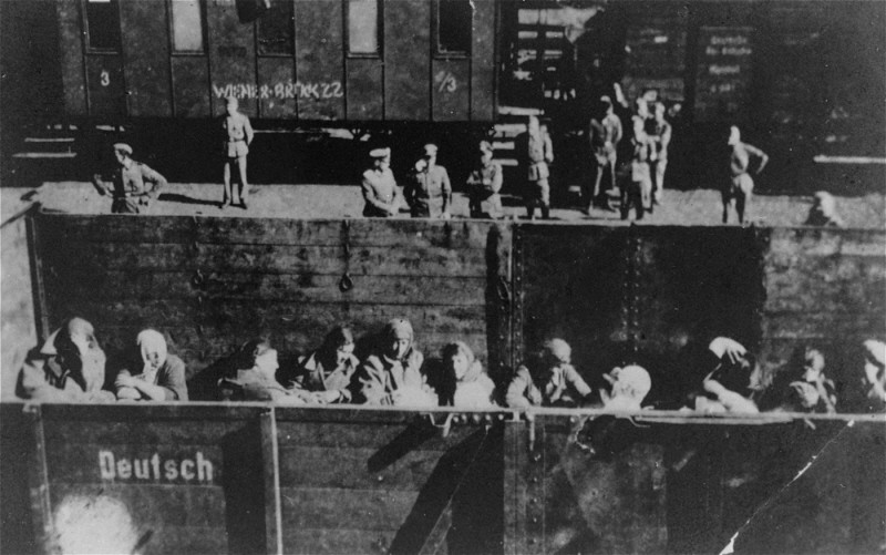 Deportation of Jewish women from the Warsaw ghetto. [LCID: 60566]